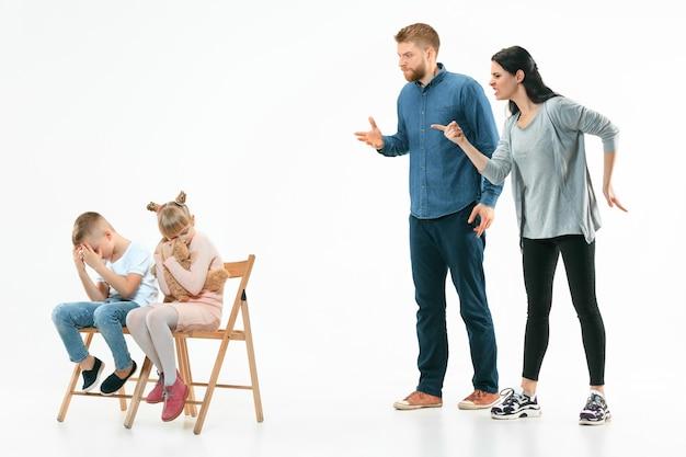 Wütende eltern schimpfen mit ihren kindern