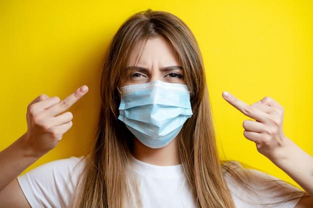 Wütende frau zeigt fick dich mit maske