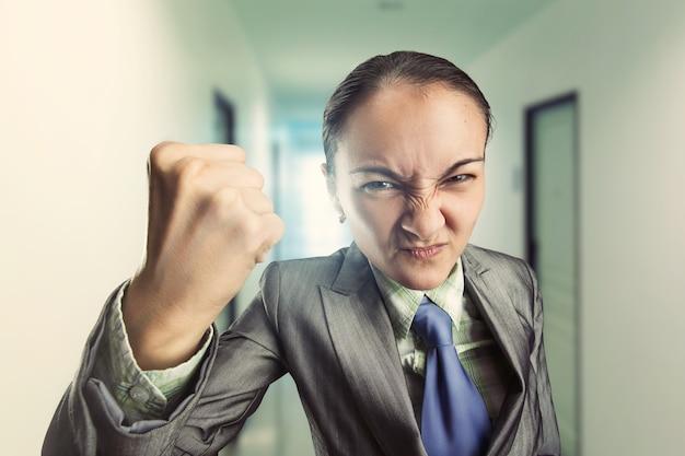 Wütende gereizte frau im büro