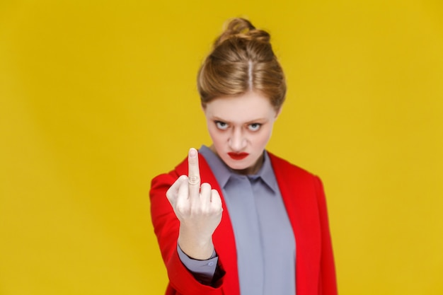 Wütende geschäftsfrau im roten anzug demonstriert fick dich zeichen