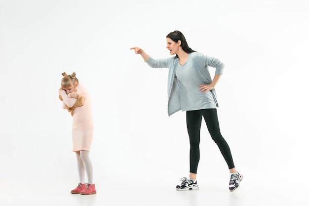 Wütende mutter schimpft mit ihrer tochter zu hause