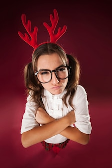 Wütende nerdige frau in der weihnachtszeit