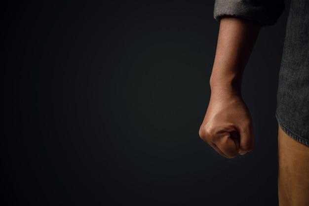Wütende person. bereit zum stanzen. beschnittener und selektiver fokus