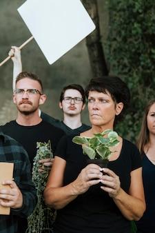 Wütende umweltschützer, die für die umwelt protestieren