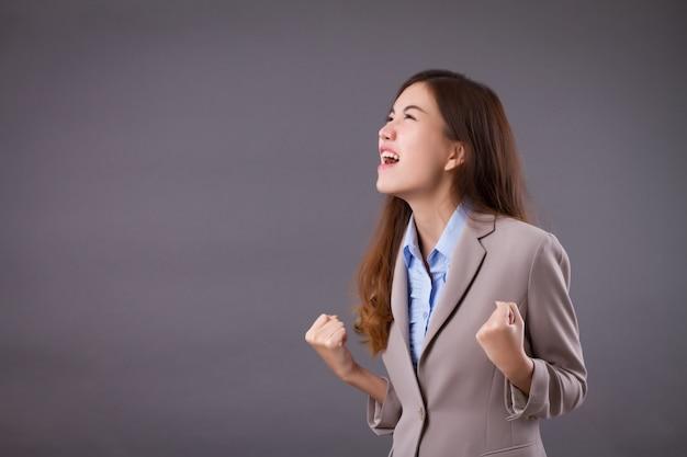Wütende verärgerte geschäftsfrau, die schreit