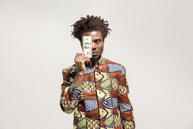 Wütender afrikanischer mann, der einen dollar hält