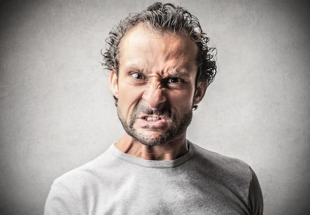 Wütender aggressiver ausdruck