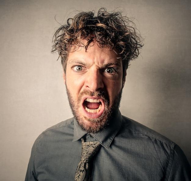 Wütender aggressiver mann
