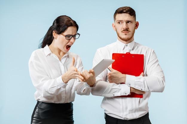 Wütender chef. frau und seine sekretärin stehen im büro oder. geschäftsfrau schreit zu seinem kollegen. weibliche und männliche kaukasische modelle. bürobeziehungskonzept, menschliche emotionen