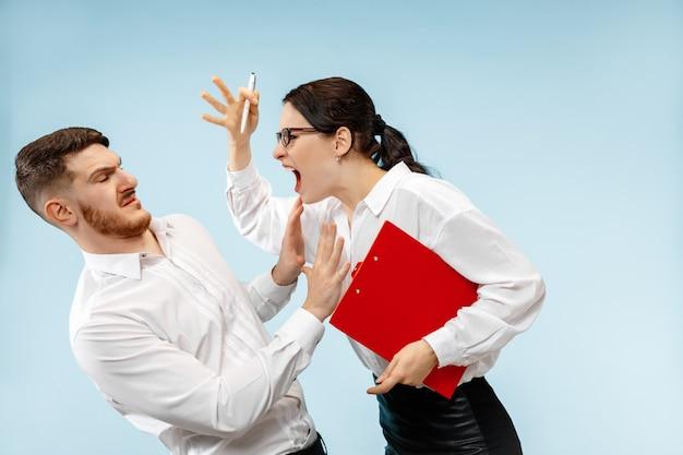 Wütender chef. frau und seine sekretärin stehen im büro oder. geschäftsfrau schreit zu seinem kollegen