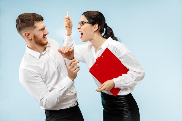 Wütender chef. frau und seine sekretärin stehen im büro oder im studio.