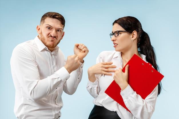 Wütender chef. mann und seine sekretärin stehen im büro oder im studio.