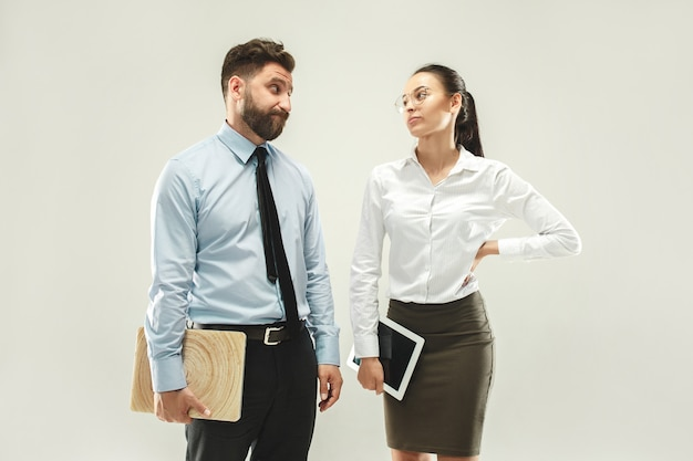 Wütender chef. mann und seine sekretärin stehen im büro