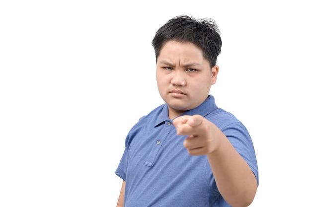 Wütender fettleibiger junge zeigt mit dem finger auf die kamera isoliert auf weißem hintergrund, gesicht emotion konzept