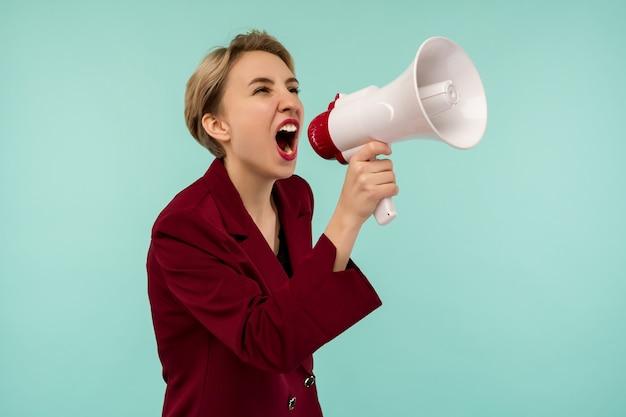 Wütender geschäftsfrau kandidat mit einem megaphon