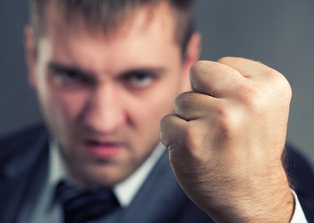 Wütender geschäftsmann