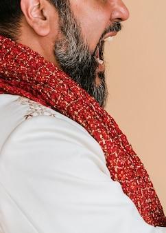 Wütender indischer mann trägt eine kurta mit einem roten schal
