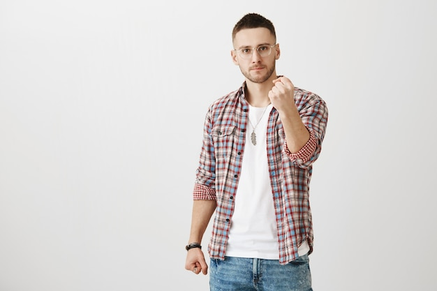 Wütender junger mann posiert