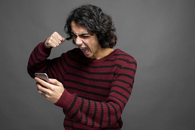 Wütender kerl beim telefonieren