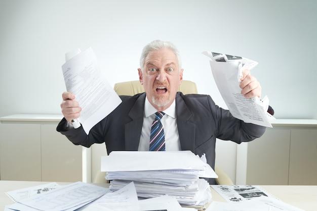 Wütender manager überwältigt von der arbeit