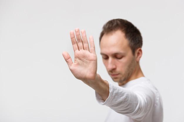 Wütender mann lehnt angebot ab und zeigt eine geste, junk food abzulehnen
