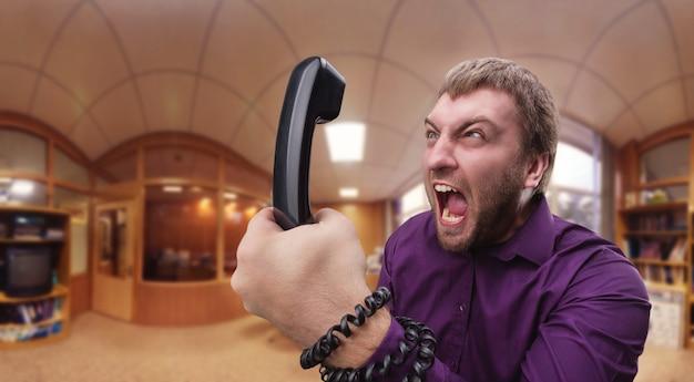 Wütender mann spricht am telefon