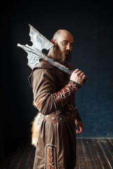 Wütender wikinger mit axt, barbarisches bild