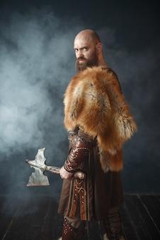 Wütender wikinger mit axt, kampfgeist, barbar