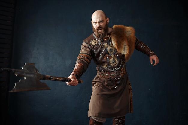 Wütender wikinger mit axt