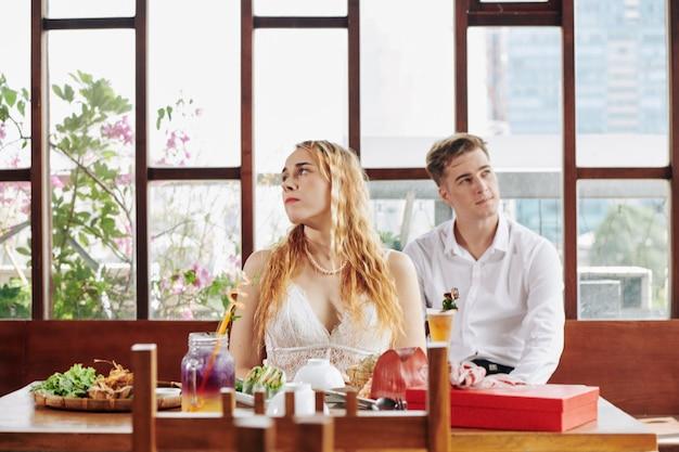 Wütendes paar im cafe