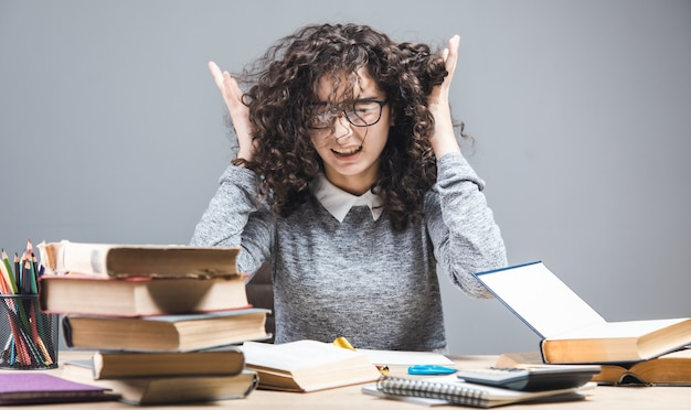 Wütendes studentenmädchen mit lernschwierigkeiten.