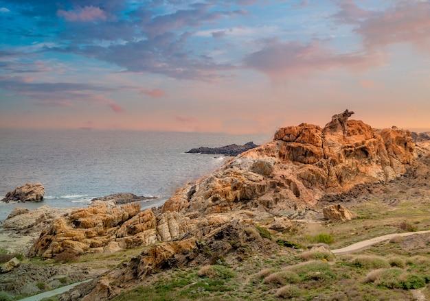 Wunderbare aufnahme von steinen und felsen neben einem strand