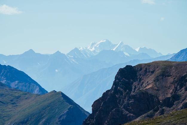 Wunderbare berglandschaft mit riesigen felsen und tiefem abgrund
