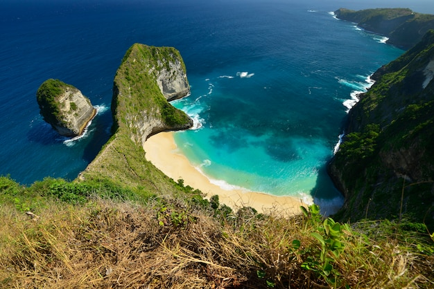Wunderbare küstenvogelperspektive des strandes gelegen in nusa penida, indonesien.