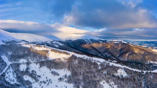 Wunderbare landschaften der karpaten, bedeckt mit dem ersten schnee in der ukraine in der nähe des dorfes pylypets