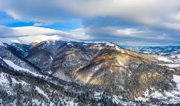 Wunderbare landschaften der karpaten bedeckt mit schnee und klarem blauem himmel in der ukraine in der nähe des dorfes pylypets.