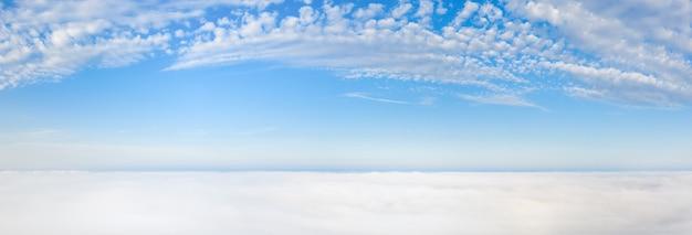 Wunderbare morgendämmerung über den wolken. weiße wolken und blauer himmel.