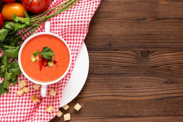 Wunderbare tomaten-gazpacho-suppe mit kräutern und tomaten. draufsicht. speicherplatz kopieren.