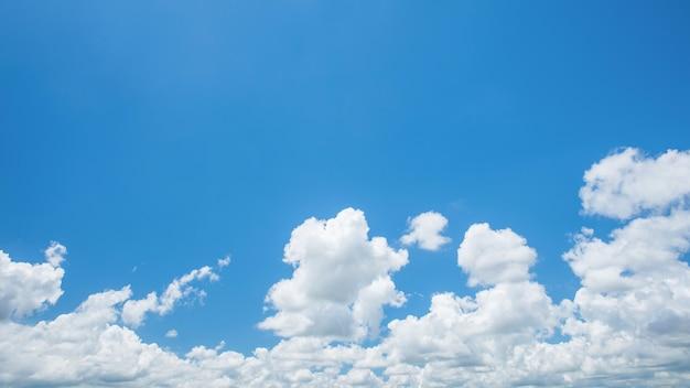 Wunderbare weiße kumuluswolken auf blauem himmel