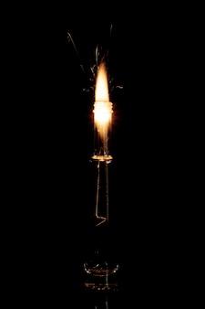 Wunderkerze, die in der flasche flammt