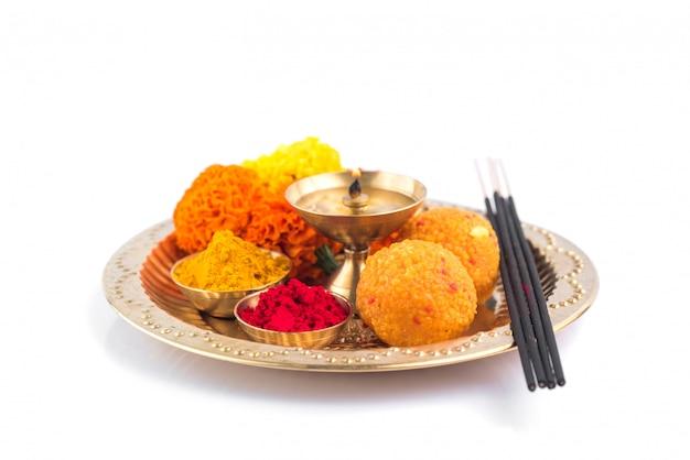 Wunderschön dekorierte pooja thali für feste zum anbeten