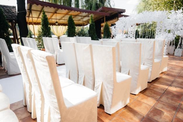 Wunderschön dekorierte und arrangierte stühle für ein bankett