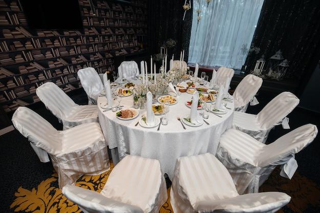 Wunderschön dekorierte und arrangierte stühle für ein festliches bankett. dekor, hochzeit.