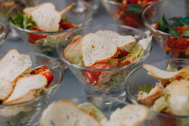 Wunderschön dekorierter catering-banketttisch mit verschiedenen snacks und vorspeisen auf einer weihnachtsgeburtstagsfeier oder einer hochzeitsfeier