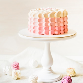 Wunderschön dekorierter kuchen auf kuchenständer