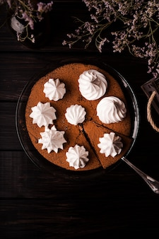 Wunderschön dekorierter kuchen mit blumen