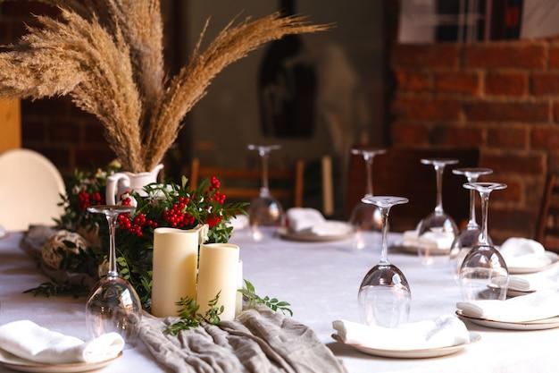 Wunderschön dekoriertes catering auf heller tischdecke