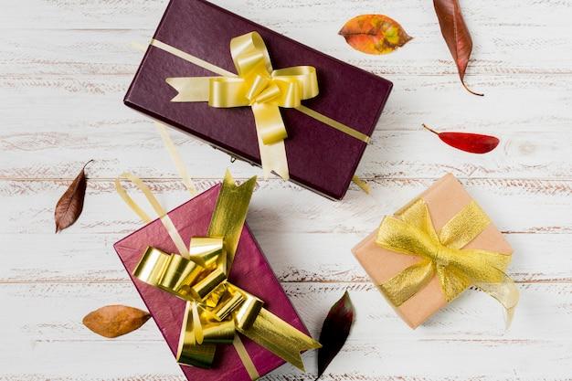 Wunderschön dekoriertes geschenk auf holzverkleidung