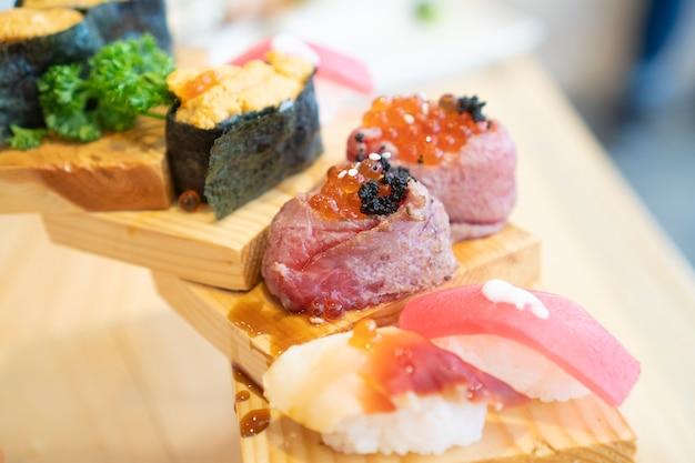 Wunderschön dekoriertes japanisches essen, sushi und roher fisch