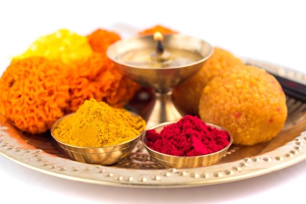 Wunderschön dekoriertes pooja thali zur festivalfeier